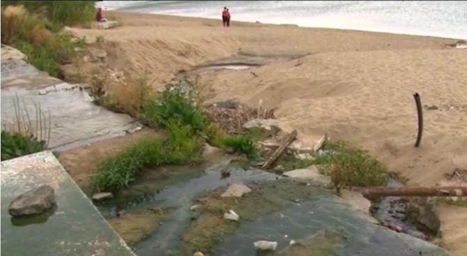Отпадни води текат на един от най-известните плажове у нас