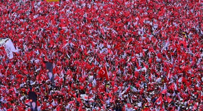 Утре Турция предсрочно ще избира президент и парламент. Залогът на