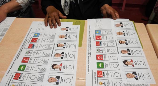 Президентът Реджеп Ердоган победи с малък превес на противоречив референдум