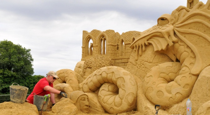 В Бургас тече подготовка за Фестивала на пясъчните фигури (снимки)