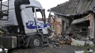 ТИР се вряза в цех, шофьорът загина (снимки 18+)