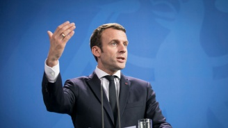 Френският президент Еманюел Макрон скастри студент