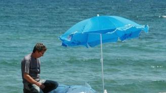 Левче за чадър и шезлонг на централния плаж в Приморско