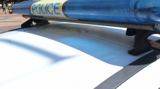 Младеж замери патрулка с парче асфалт