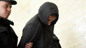 Футболният фен, ранил полицайка с бомбичка, иска на свобода