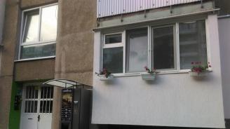 Служител на МВР си монтира кафе-автомат пред входа на блока, в който живее (снимки)