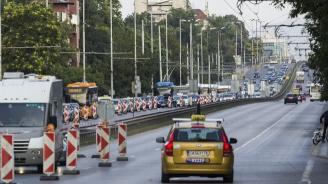 Протест на автобусни шофьори затваря част от София