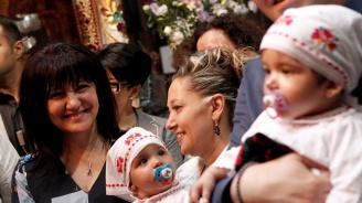 Цвета Караянчева стана кръстница на две момиченца в Троянския манастир (снимки)