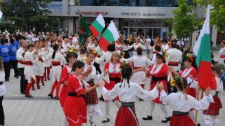 """450 танцьори се хващат на """"Хоро край лазурния бряг"""" (снимки)"""