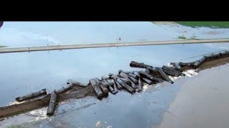 Хиляди литри суров петрол се изляха от дерайлирал влак в щата Айова (видео)