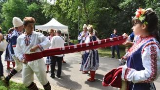 Фолклорен фестивал събра български, румънски и албански изпълнители на Еньовден в София (снимки)