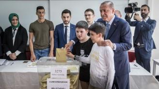 Ердоган гласува в Истанбул (снимки)