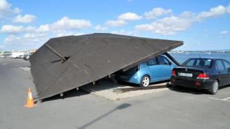 Автобус срути навес върху шест коли в Стария Несебър (снимки)