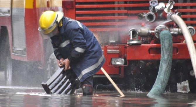 Целият състав на пожарната служба в страната е в готовност за реакция в лошото време