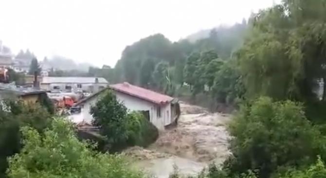 Бедствено положение в Смолян и Чепеларе - река Черна преля, наводнени са пътища (видео)