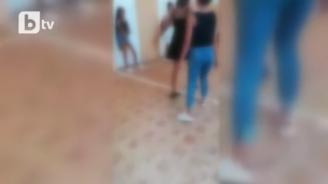 Нов случай на жесток бой между момичета в училище (видео)
