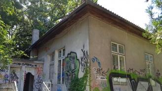 Къщата на Антон Новак, създателят на Морската градина във Варна, тъне в мизерия (снимки)