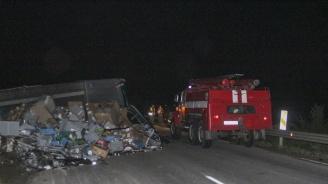 Тежка катастрофа с жертва блокира Подбалканския път през нощта (галерия)