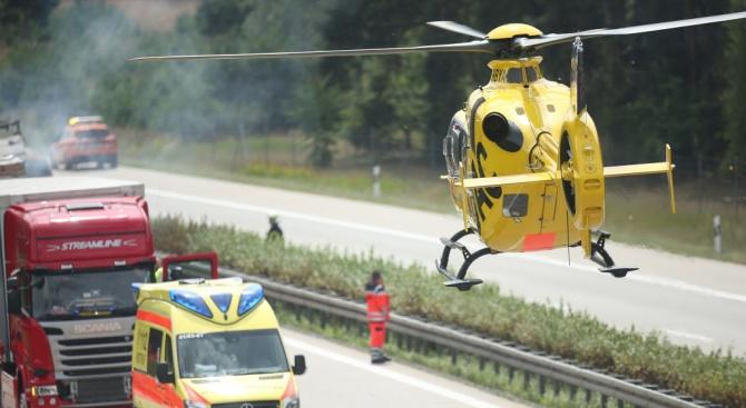 Четирима човека бяха ранени снощи, след като медицински хеликоптер катастрофира