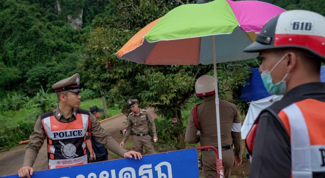 Българин в Тайланд: Водната маса е нахлула като цунами в пещерата