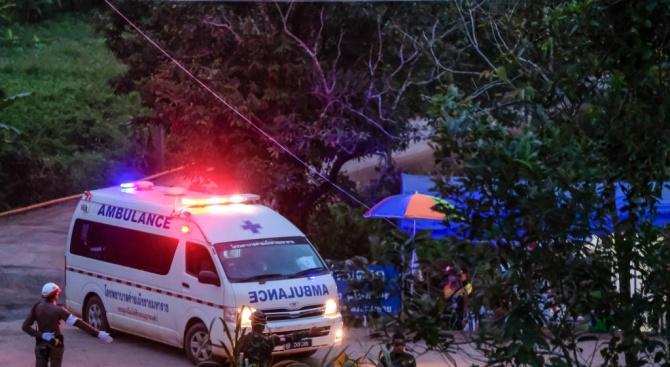 Подновена бе операцията по изваждането на последните петима души, блокирани