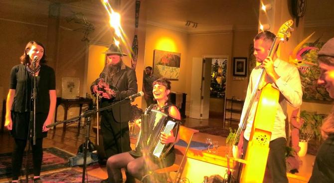Американска джаз банда от Ню Орлиънс изпълнява български народни песни