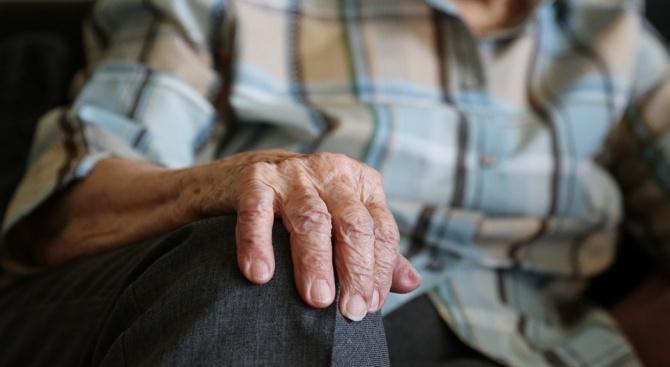Малолетни замеряха баба с камъни и тухли в двора на къщата й