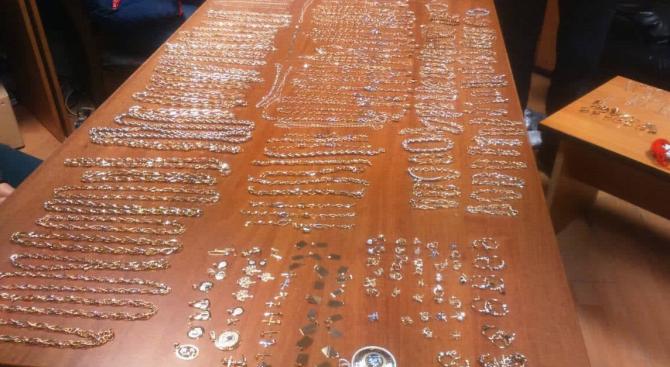 "1400 грама златни накити откриха митничари на ГКПП ""Лесово"""