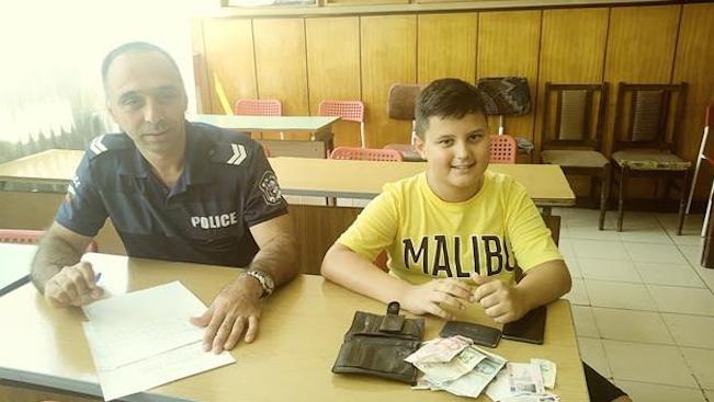 11-годишен ученик предаде в полицията изгубен портфейл с 1205 лева (снимки)