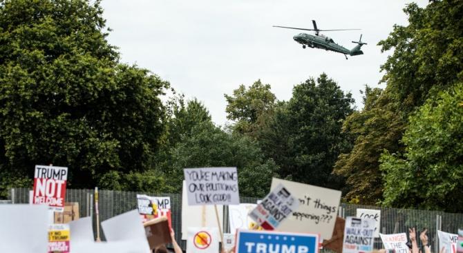 Слаби протести в Лондон при пристигането на Тръмп на посещение във Великобритания