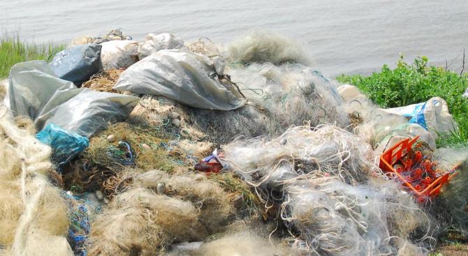 """Извадиха 240 м бракониерски мрежи с мъртва риба и раци от язовир """"Ястребино"""""""
