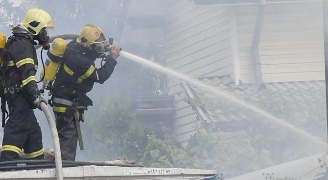 Пожар в салон за красота вдигна на крак огнеборците в