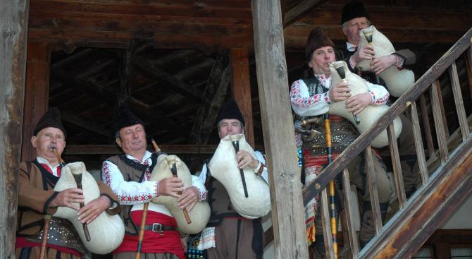 Гайдари от цяла България се надсвирват в родопското село Равногор,