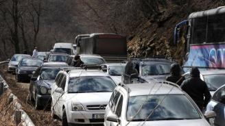 Километрична опашка от автомобили и камиони край Кресна (снимка)