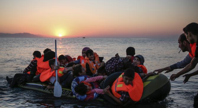 Испания и Португалия ще приемат по 50 мигранти от спасените