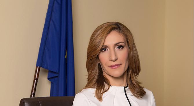 Министърът на туризма Николина Ангелкова разговаря по телефона с новия