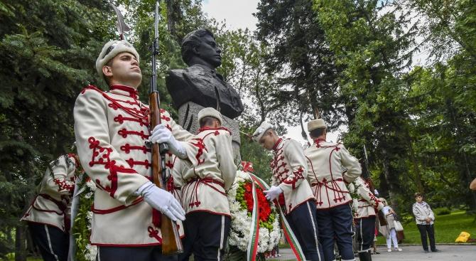 Граждани и официални лица поднесоха венци и цветя пред бюст-паметника