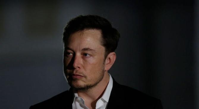Директорът на компанията Тесла Илън Мъск се извини на британския