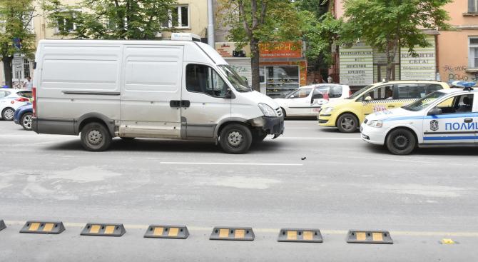 Микробус блъсна жена на пешеходна пътека в София (снимки)