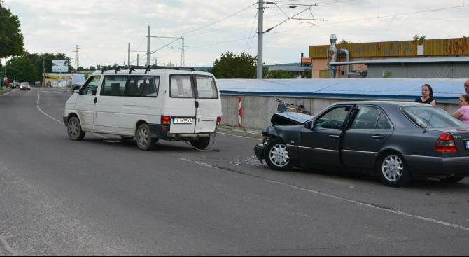 Пиян шофьор се заби в микробус на кръстовище в Харманли (снимки)