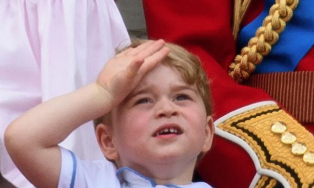 Снимка на усмихнатия принц Джордж беше публикувана от британското кралско