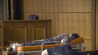 Герман Костин отново докаран на носилка в съдебната зала (снимки)