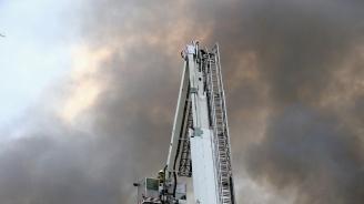 Пожар обхвана легендарна полска корабостроителница (видео)