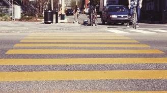 Кола помете баба на пешеходна пътека