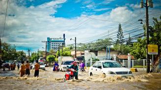Най-малко 19 души загинаха в резултат на наводнения във Виетнам