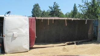 """Камион разсипа зърно на АМ """"Хемус"""" и блокира за часове пътя в района на Нови Пазар"""