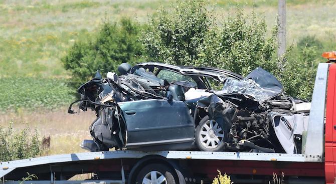 """Кола се вряза в билборд на АМ """"Тракия"""", шофьорът загина"""