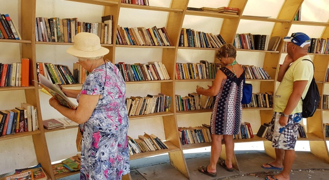 "Библиотека ""Рапана"" на входа на ""Морската градина"" се напълни с"