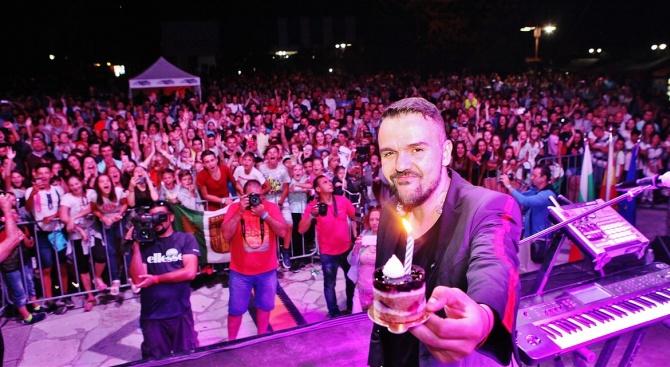 """Хиляди българи и македонци изпяха """"честит рожден ден"""" на Графа,"""