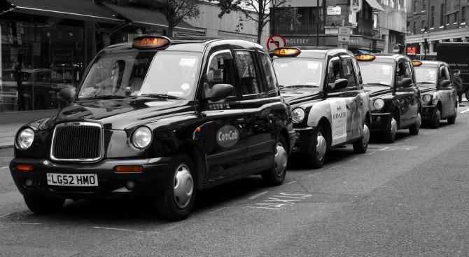Таксиджиите в Лондон съдят Uber за 1 млрд. паунда